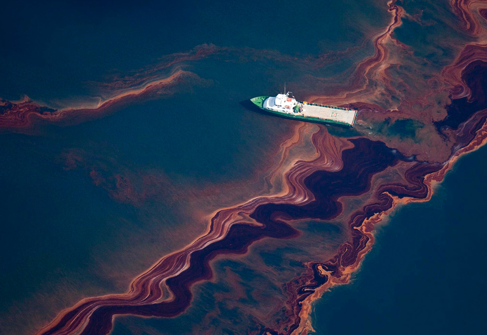 An aerial view of the oil leaked from the Deepwater Horizon wellhead, May 6, 2010. (REUTERS/Daniel Beltra)